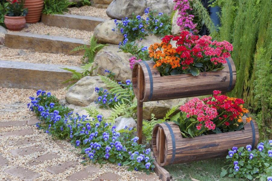 Самодельная клумба из бочек с красивыми цветами