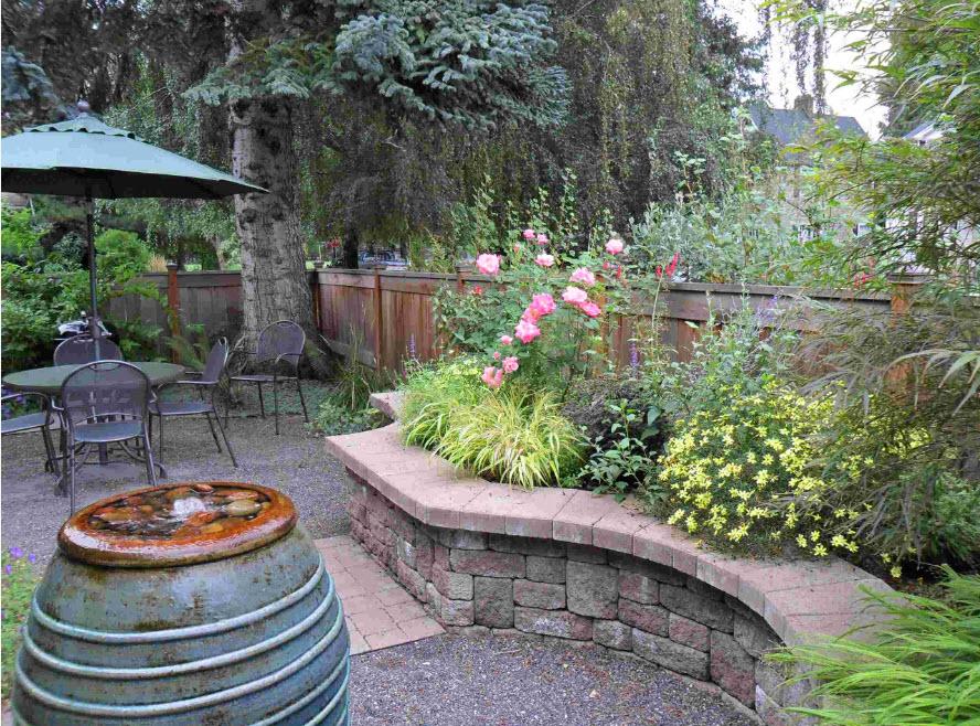 Высокая клумба с многолетними растениями