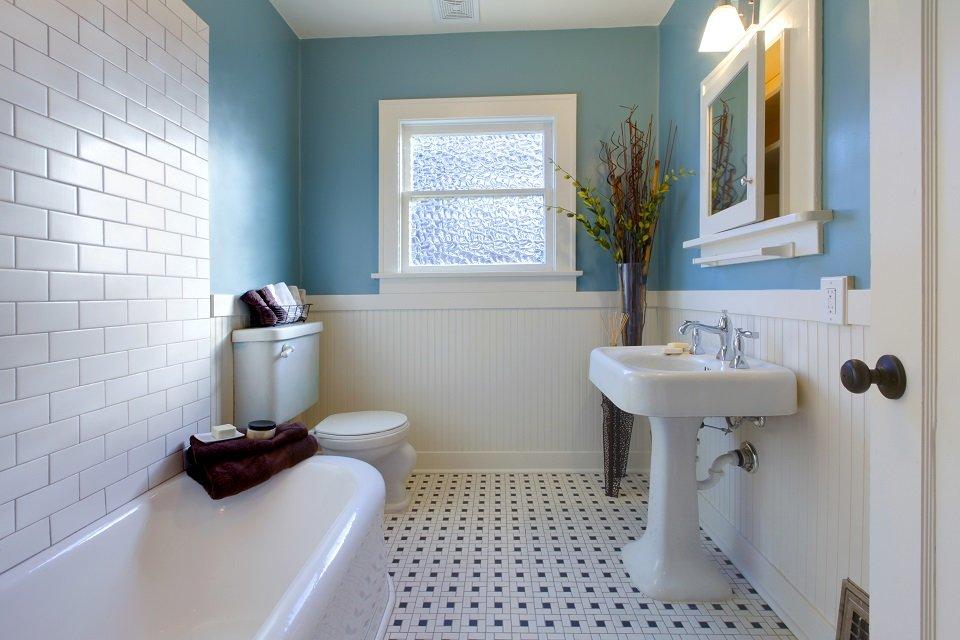 Плитка-кабанчик над белой ванной