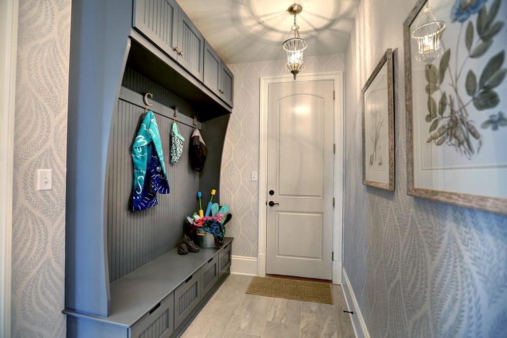 Встроенные шкафчики внизу и вверху узкого коридора