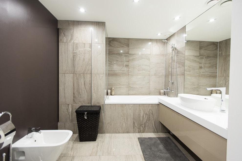 Крупноформатная плитка на стене ванной комнаты