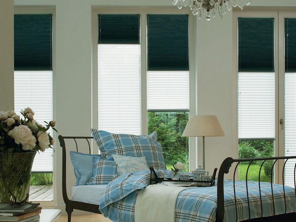 Контрастные шторы из бумаги на окне комнаты