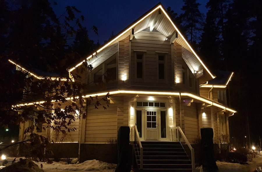 Подсветка светодиодной лентой контура загородного дома