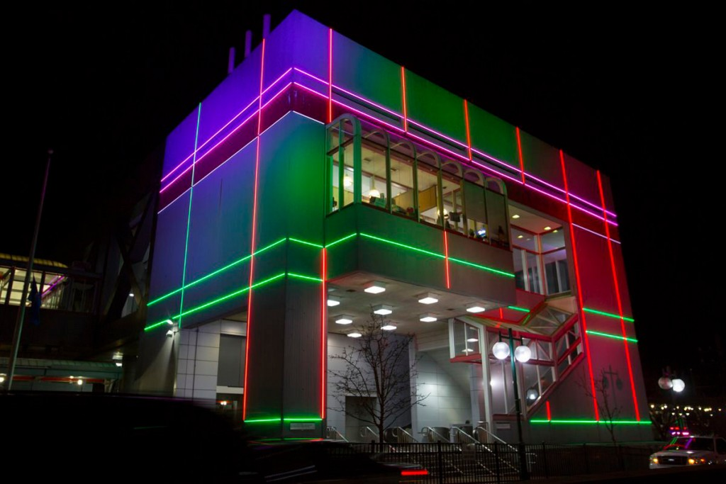 Контурное освещение фасада офисного здания