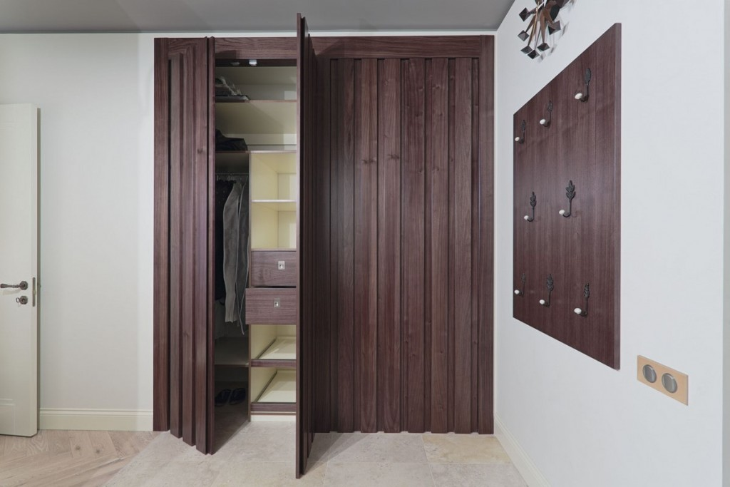 Складные двери коричневого цвета в гардеробе площадью 3 кв м