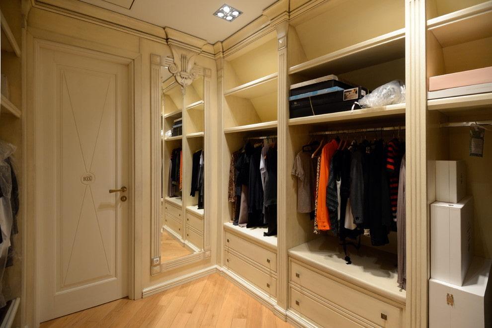 Встроенная мебель в просторной гардеробной