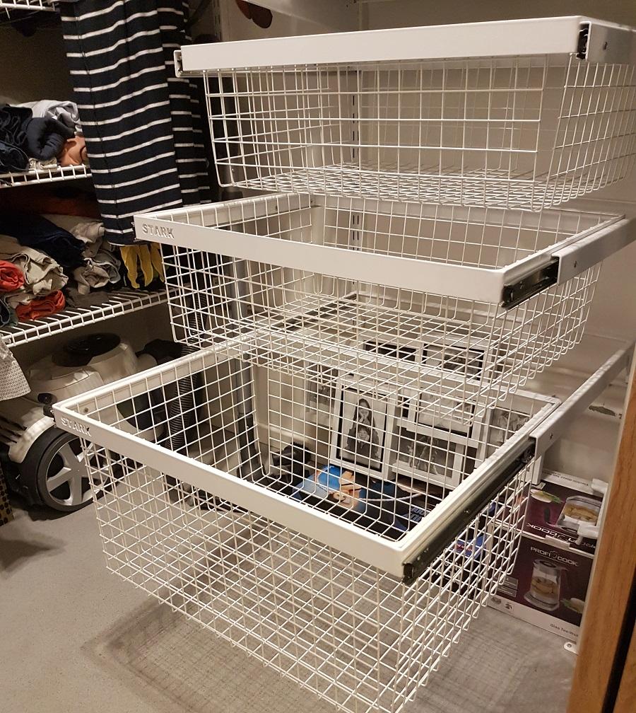 Металлические корзины для хранения белья в гардеробной