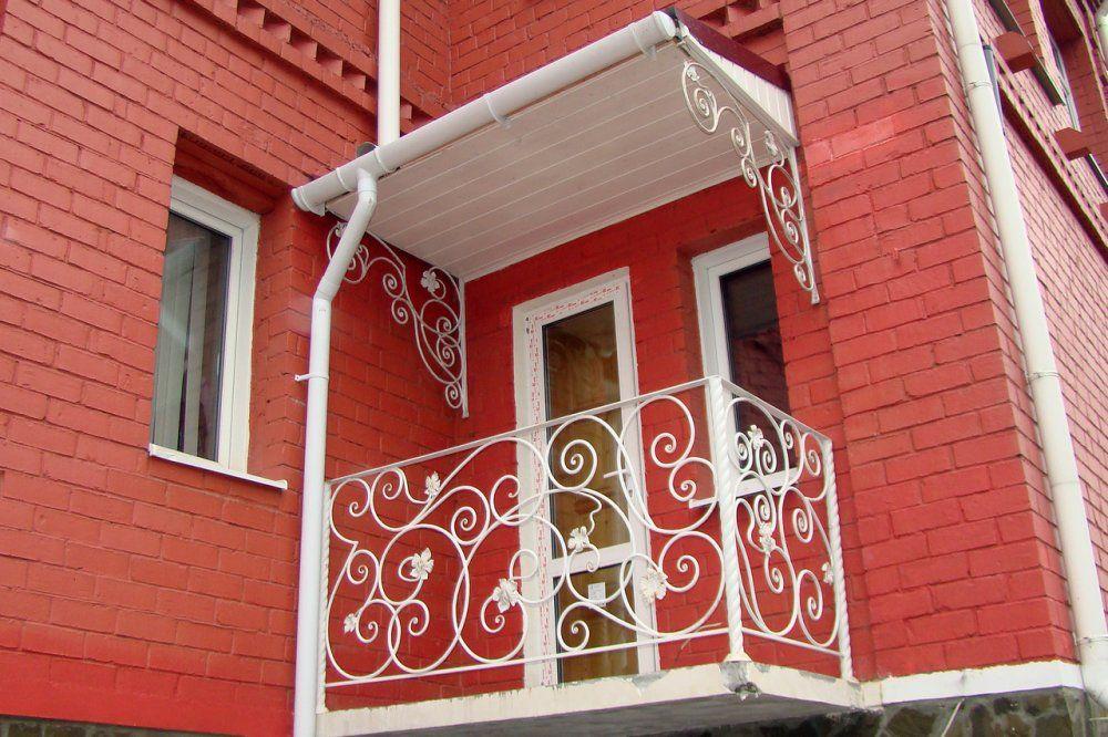 Небольшой балкончик с белым козырьком