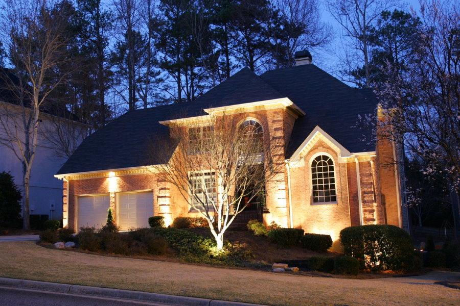 Подсветка прожекторами фасада частного дома