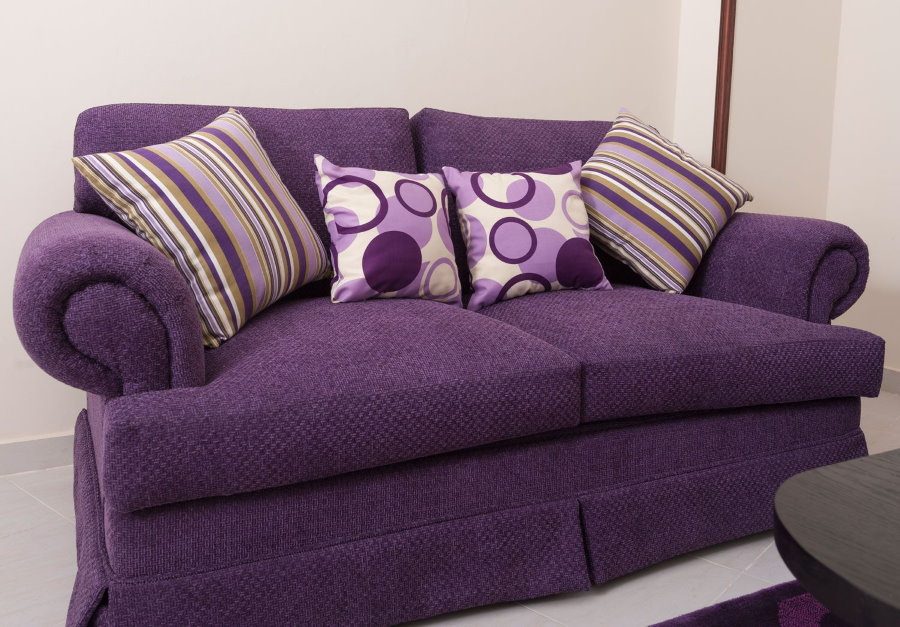 Сиреневые подушки на фиолетовом диване