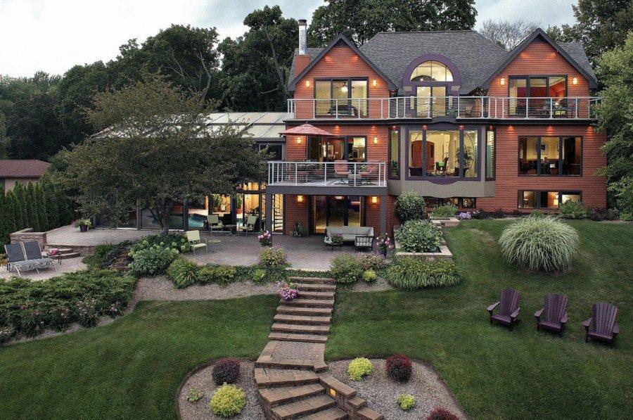 Красивый загородный дом на участке с уклоном