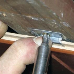 Фиксация ламината кляммерами на деревянной обрешетке