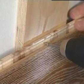 Крепление винтами ламинированной панели на стене ванной