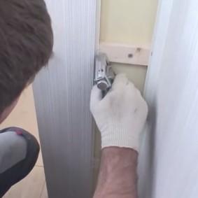 Закрепление ламинированной панели с помощью степлера