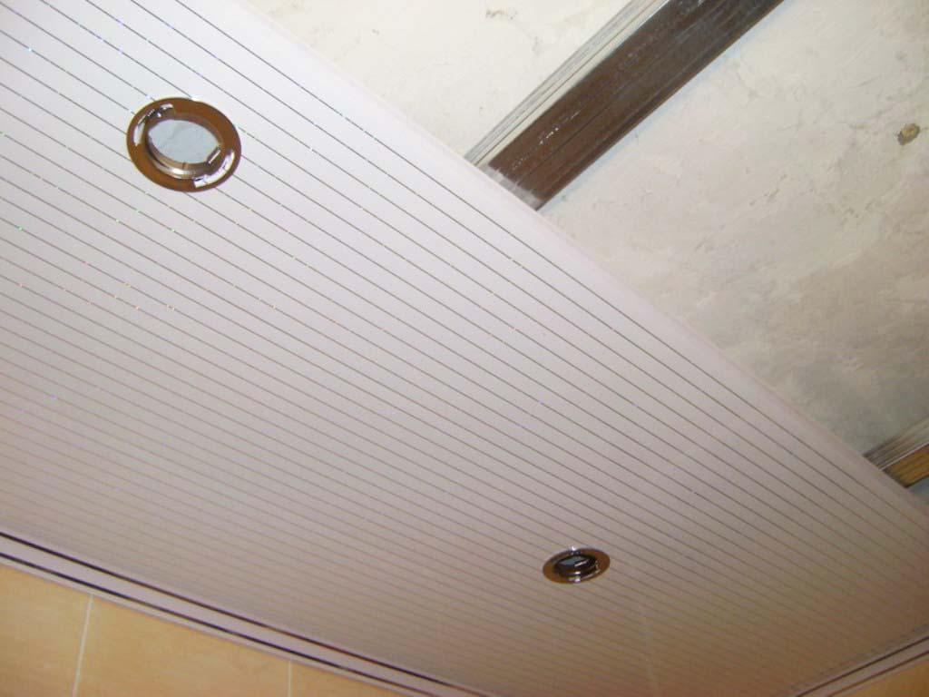 Монтаж пластиковых панелей на потолке санузла в доме
