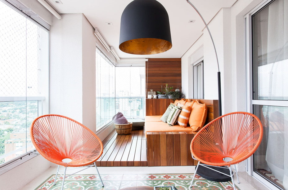 Кресла из проволоки яркой расцветки