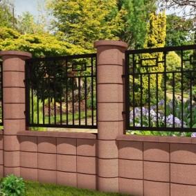 Круглые бетонные столбы на заборе из металла