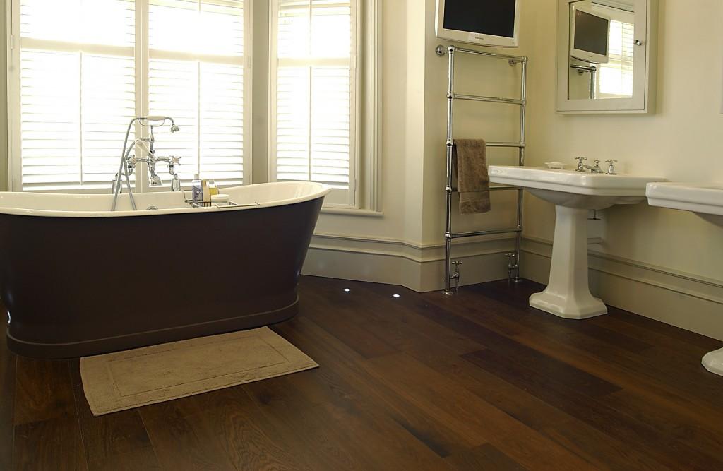 Темный ламинат на полу ванной с окном