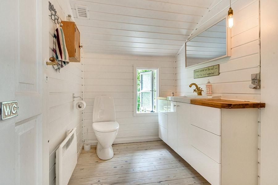 Белый ламинат в интерьере ванной сканди стиля