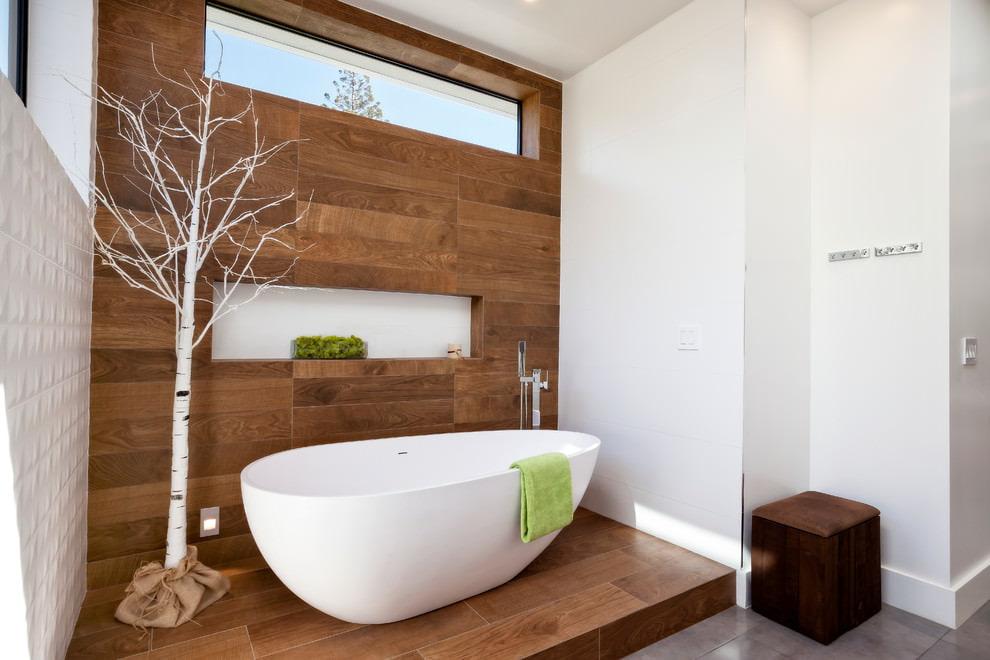 Белая ванна на подиуме из водостойкого ламината