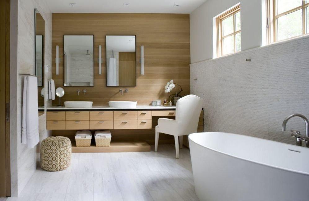 Ламинат на акцентной стене в ванной частного дома