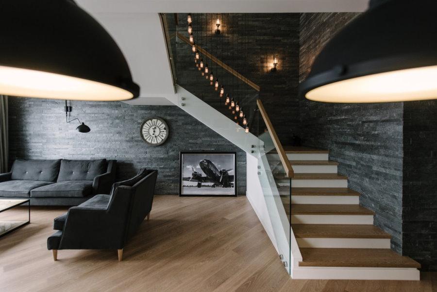 Темная отделка стен в двухэтажной квартире