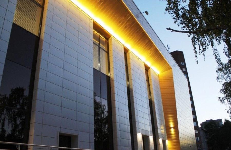 Подсветка фасада здания линейными светильниками