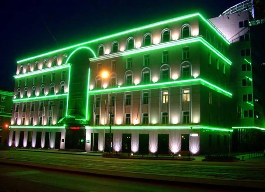 Неоновая подсветка контуров здания