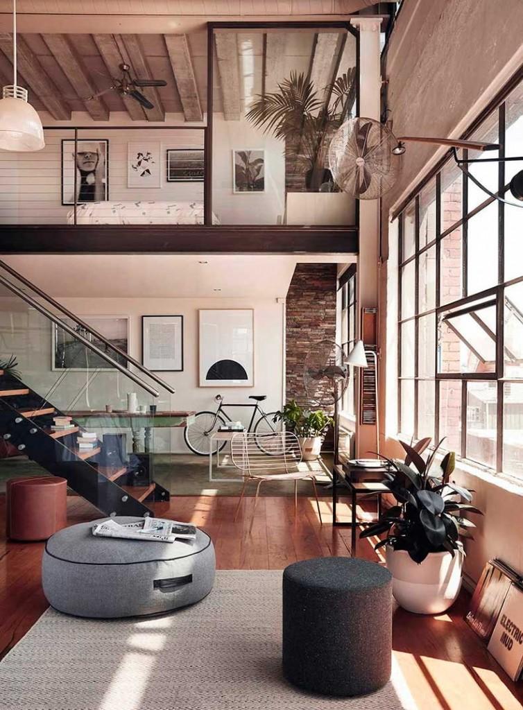 Большое окно в двухэтажной квартире лофтной стилистики