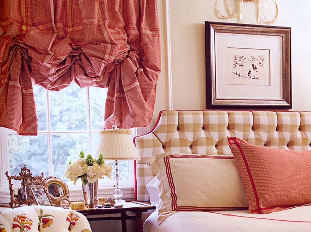 Лондонская штора на окне в спальной комнате