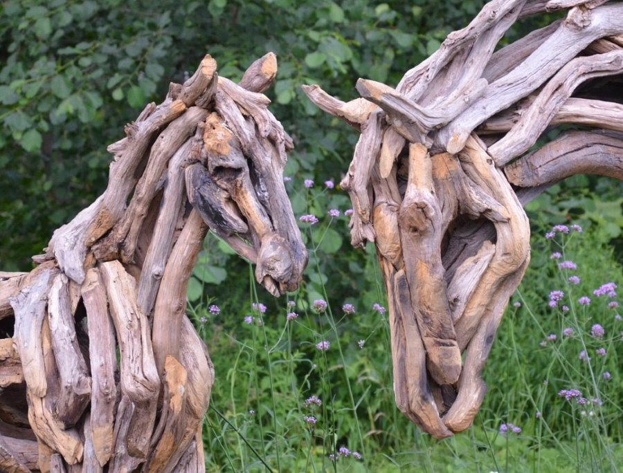 Садовые скульптуры из веток дерева