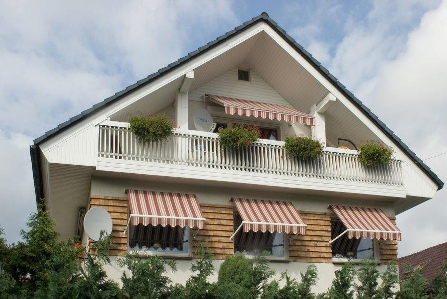 Полосатые маркизы на фасаде частного дома