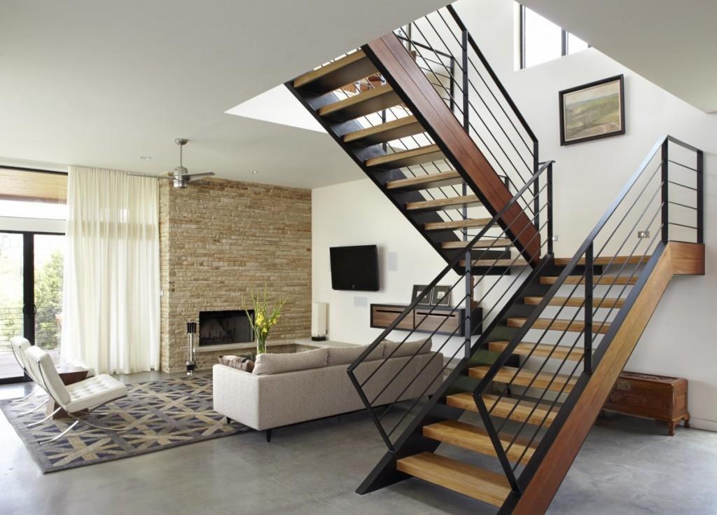 Лестница с двумя маршами в интерьере квартиры-студии