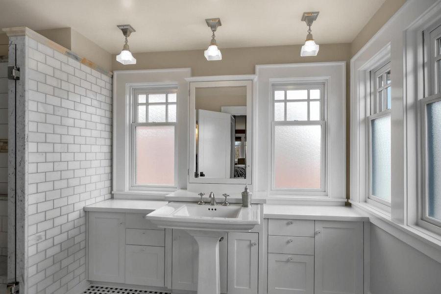 Ванная комната с матовыми стеклами на окнах