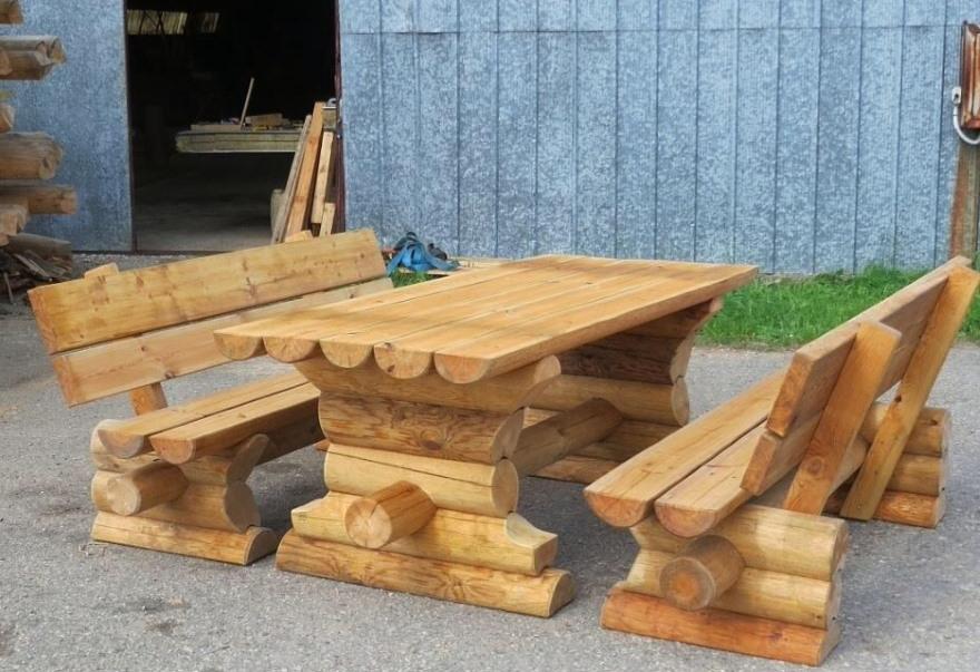 Мебель из бревен для садовой беседки