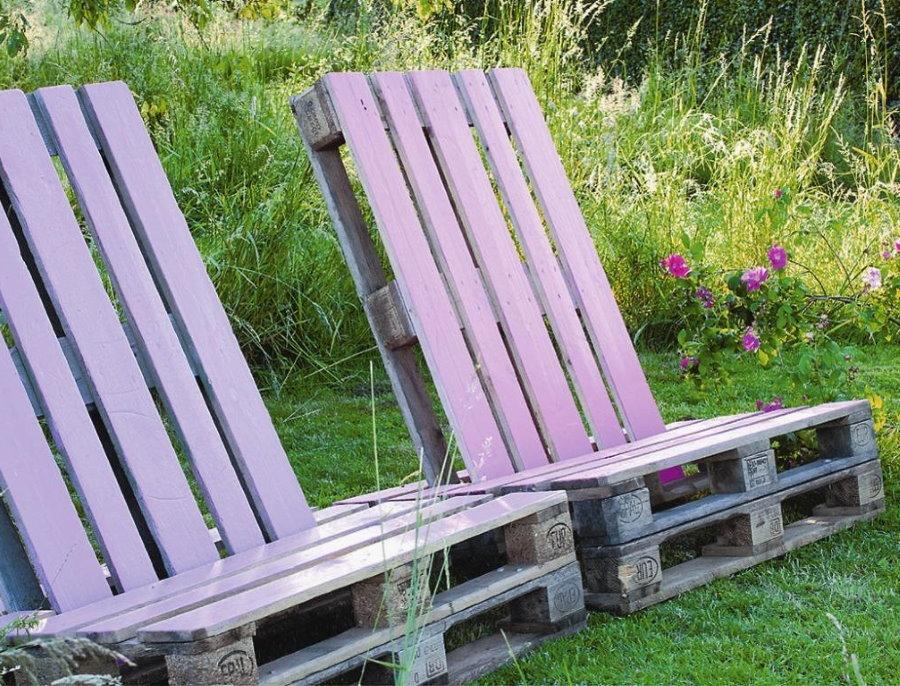Мебель из европоддонов на садовом газоне