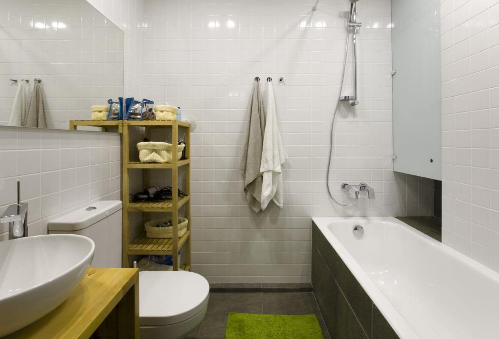 Квадратная плитка в ванной со светлой отделкой