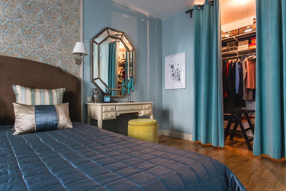 Небольшой гардероб за плотной шторой в спальне