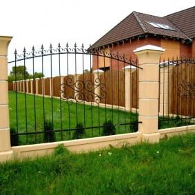 Красивый забор с окрашенными бетонными столбами
