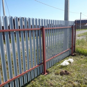 Легкая ограда из металлического штакетника на винтовых столбах