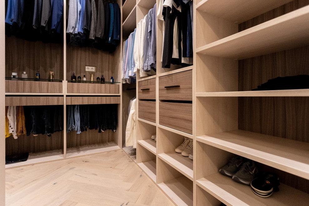 Летняя обувь на открытых полках в гардеробной