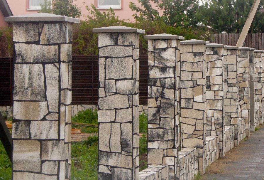 Декор плитняком столбов на заборе