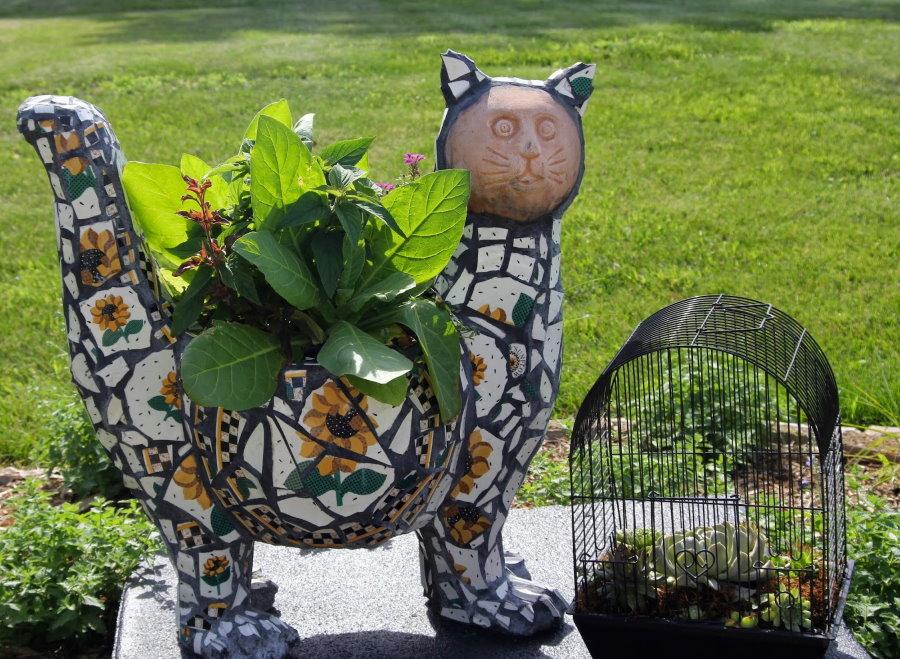 Мозаика из кафеля на садовой скульптуре