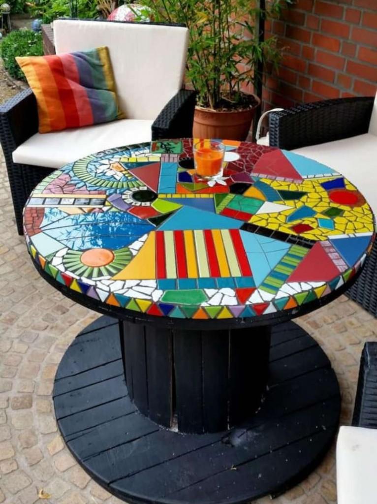 Отделка поверхности садового стола мозаикой из кафеля