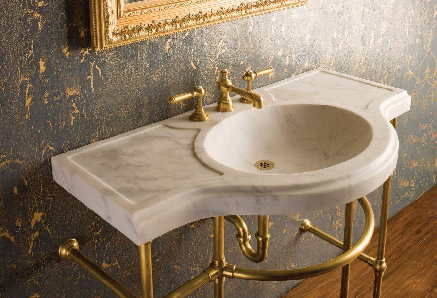 Умывальник из натурального мрамора в ванную комнату