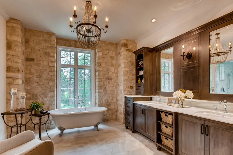 Винтажная люстра в ванной с коричневой отделкой