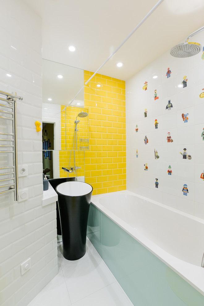 Желтая акцентная стена в ванной комнате