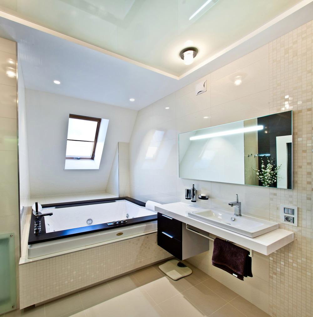 Ванная в мансарде с натяжным потолком