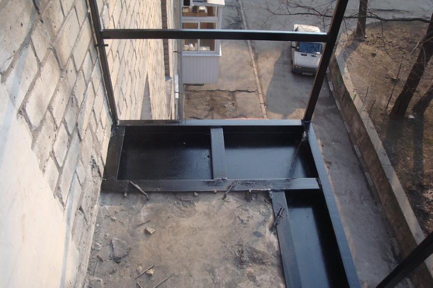 Наваренный стальной вынос на плите балкона
