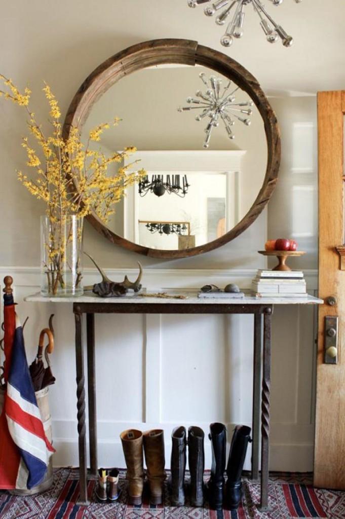 Декор прихожей зеркалом в деревянной оправе
